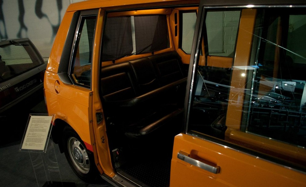 1976-volvo-experimental-taxi-long-before-nyc-approved-the-high-top-nissan-nv200-moma-commissioned-this-remarkably-similar-volvo-note-the-rollercoaster-style-padded-ches.jpg