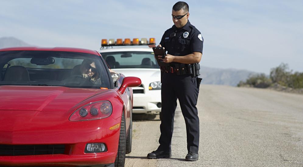 Можно ли не выходить с автомобиля если инспектор хочет проверить на штрафы
