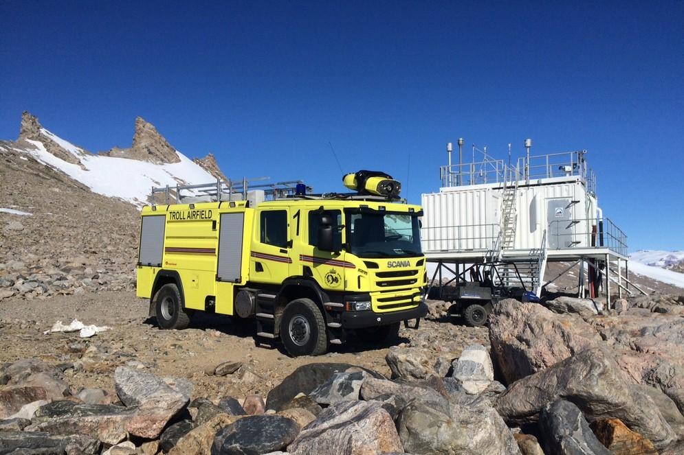 466362_highres_fire-truck-scania-antarctica-4.jpg