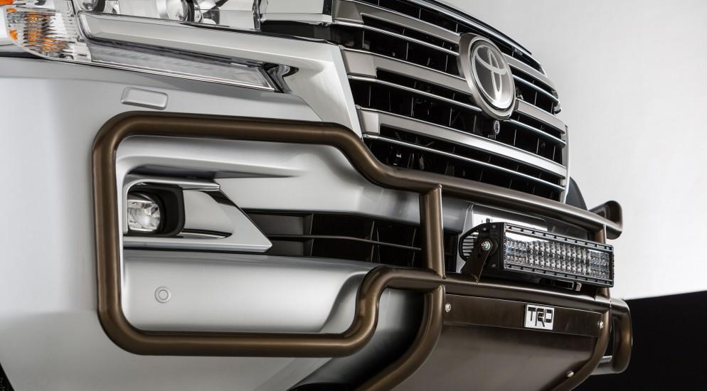 toyota land cruiser 200 решетка радиатора изготовлена из металла с местом для камеры хром дизайн bentley