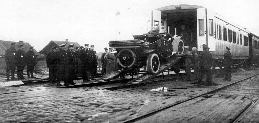 Погрузка императорского автомобиля в вагон-гараж.jpg