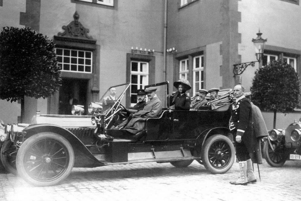Рядом с шофёром — великий герцог Э. Гессенский, великая княжна Ольга Николаевна. На заднем сиденье справа — Николай II.jpg