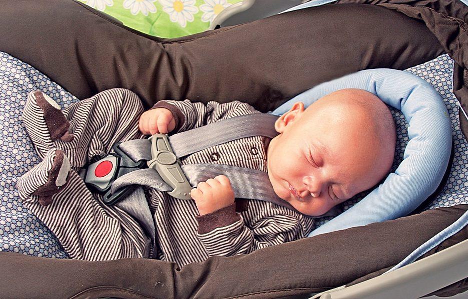 Можно ли держать ребенка на руках в машине
