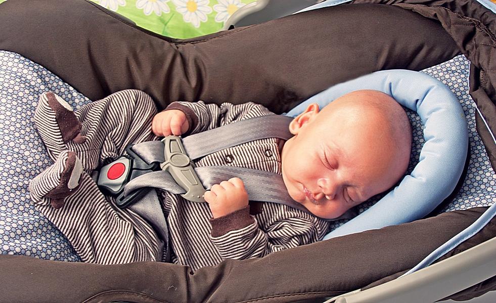 Не вредно ли сажать новорожденного в автокресло 79