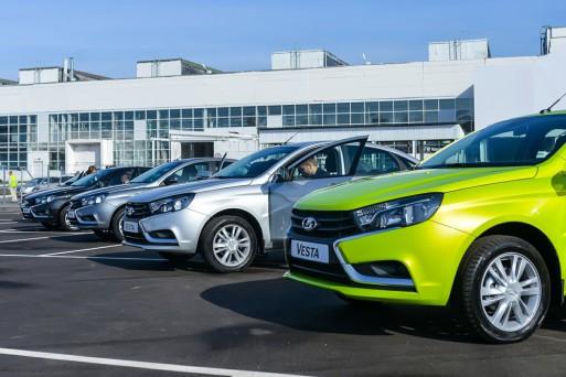 Продажи автомобилей в РФ по итогам января сократились на треть